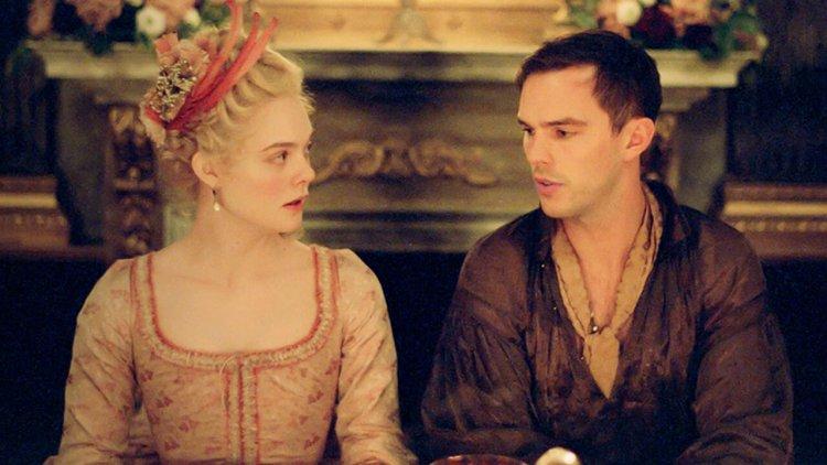 艾兒芬妮成凱薩琳大帝!於 Hulu 影集《The Great》中與尼可拉斯霍特爭鋒相對,決心策劃弒夫首圖