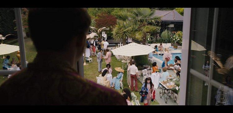 導演戴克斯特佛萊契表示泰隆艾格頓必須浮沉在深達 15 米的水池中對嘴演唱這首歌,他的精彩演出真的是令人嘆為觀止。