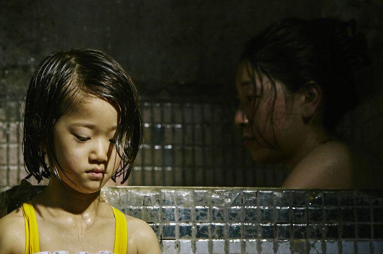 《 小偷家族 》由 佐佐木光結 飾演的小妹妹 由里,在片中是引爆及凝聚初枝奶奶一家人的最大力量。