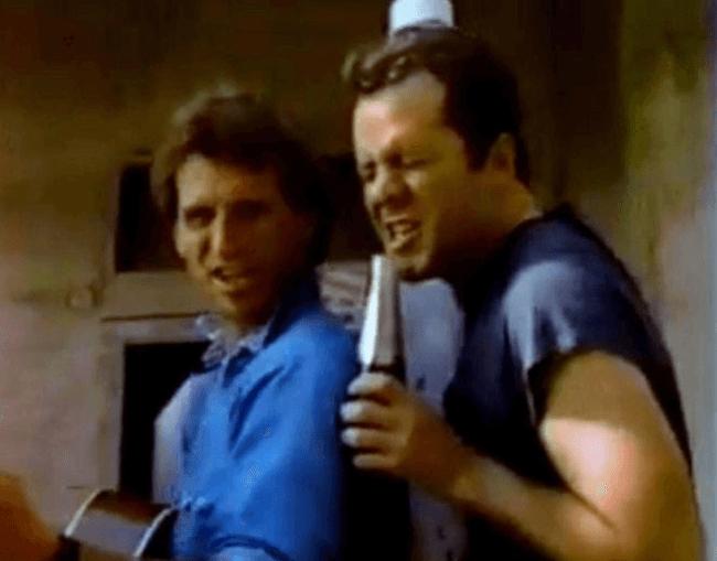 當年紅翻天的布魯斯威利,拍廣告也不忘他熱愛的歌唱。