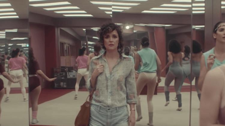 彎磨凸磨~《舞出新方向》蘿絲拜恩高衩緊身褲&針織襪主演 80 年代復古喜劇,性感健美操 Apple TV+ 線上「開課」首圖