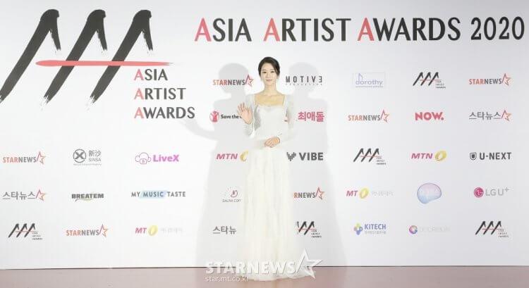 徐睿知以一身優雅端莊的白色連身禮服現身AAA頒獎典禮