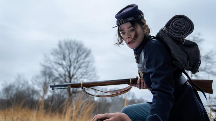 既是「女鷹眼」也是《狄金生》: 海莉史坦菲德主演 Apple TV+ 影集第三季暨最終季 11 月線上播映首圖