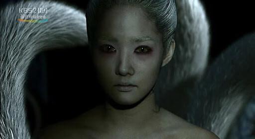朴敏英在《傳說的故鄉》中飾演的九尾狐樣貌驚悚駭人