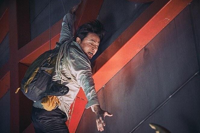 韓國影星曹政奭在電影《極限逃生》(EXIT) 中飾演失業魯蛇,但當災難來臨,他曾在大學山岳社學過的技術全派上了用場。