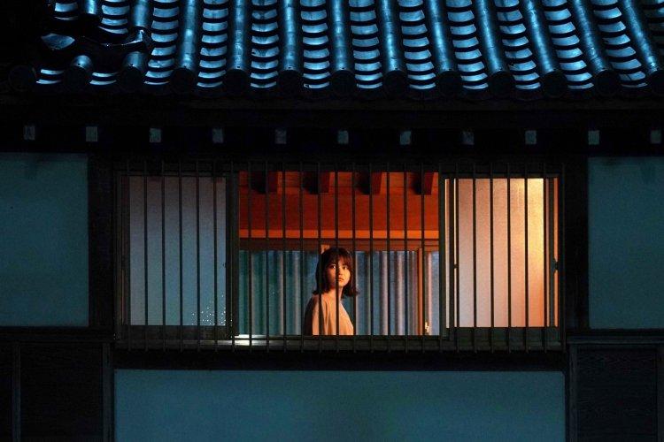在《三角草的春天》《小小戀歌》中表現令人印象深刻的山田杏奈,在《樹海村》中飾演有靈異體質的妹妹「天澤響」一角.