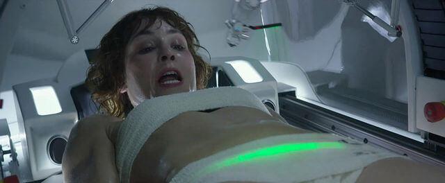 歐蜜瑞佩斯 在《 普羅米修斯 》的墮胎戲。