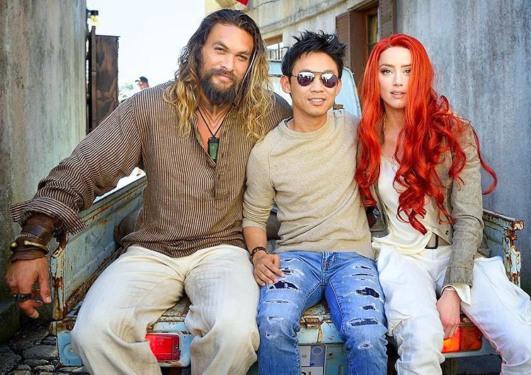 DCEU 超級英雄 電影《 水行俠 》的導演 : 溫子仁 ,與水行俠 (傑森摩莫亞)、 梅拉 (安珀赫德) 合影。