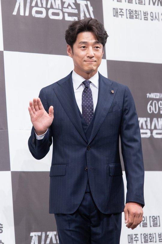 改編自同名美劇的 Netflix 話題韓劇《指定倖存者:60 日》記者會上的男主角池珍熙。