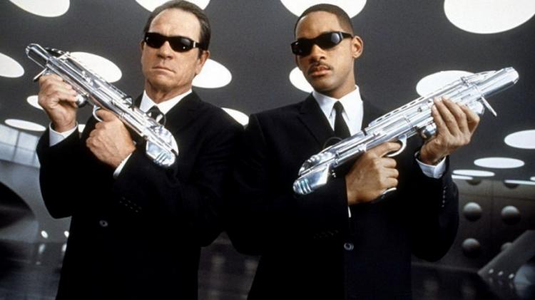初代《MIB星際戰警》(Men in Black) 由湯米李瓊斯以及威爾史密斯演出。
