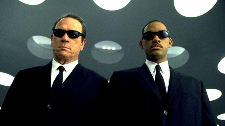 洗腦全世界,讓我們無視《MIB 星際戰警》20 年來顛覆全宇宙 (一):無所不用其極的政府黑幕,化身冷硬殘酷的黑衣探員首圖