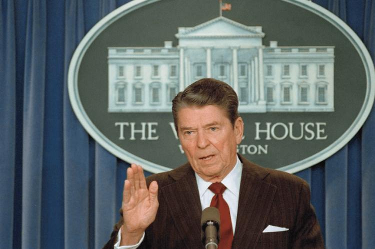 雷根總統任內爆發軍售伊朗醜聞,這件事讓陰謀論風氣更加盛囂塵上。