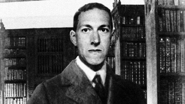 擅長以克蘇魯神話為創作基底發揮的一代恐怖小說家:H.P.洛夫克拉夫特 (H.P.Lovecraft) 。