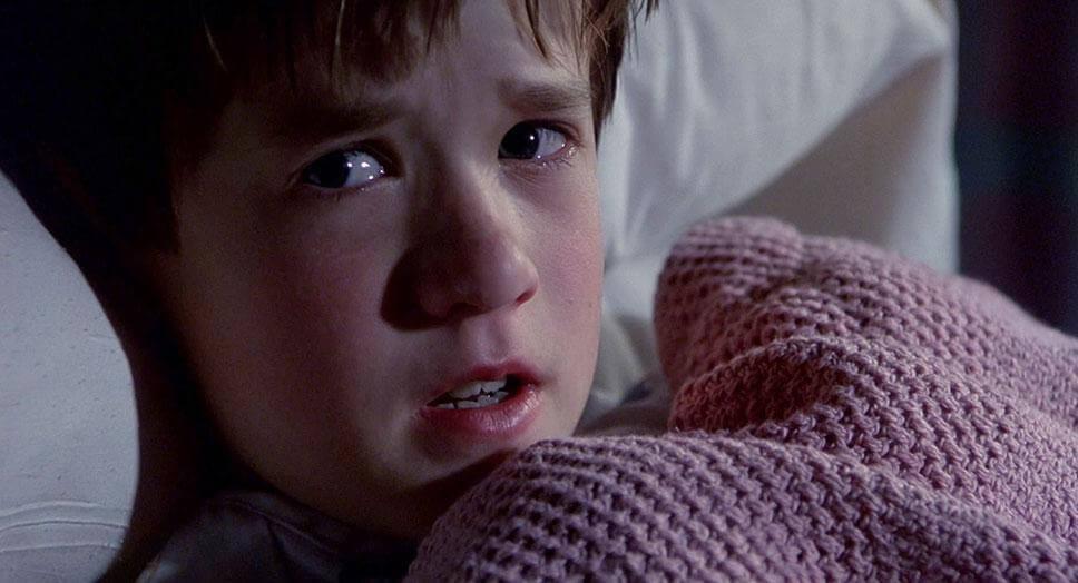 嚇到吃手手 也想要「 二刷 」:《 靈異第六感 》,片中小男孩的演技令人心有不捨。