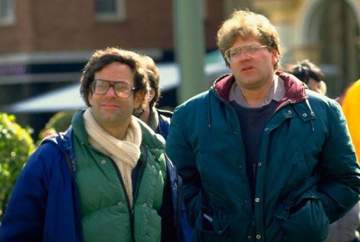 當年的 鮑勃蓋爾 (左) 與永遠臭臉的 辛密克斯 在《 回到未來 》片場。