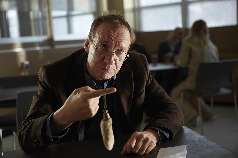 艾騰伊格言導演電影《特別嘉賓》,坎城影帝大衛休利斯飾演嚴格的食安稽查員。