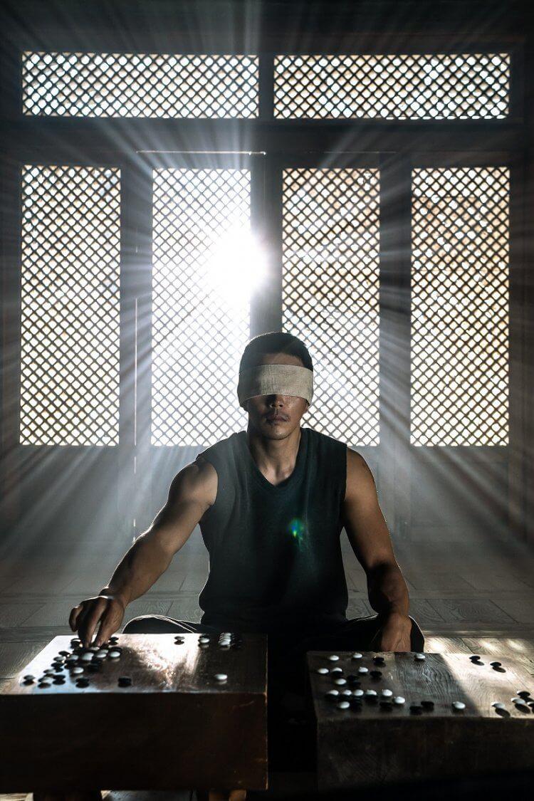 在韓國圍棋犯罪動作電影《神之一手 2:鬼手篇》飾演「鬼手」的男星權相佑。