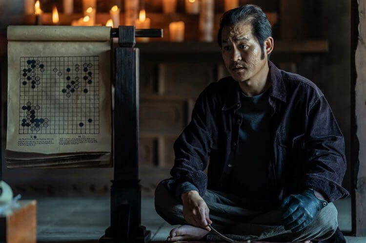 圍繞在圍棋上的韓國犯罪動作電影《神之一手 2:鬼手篇》中,金成均飾演「鬼手」權相佑的師父。