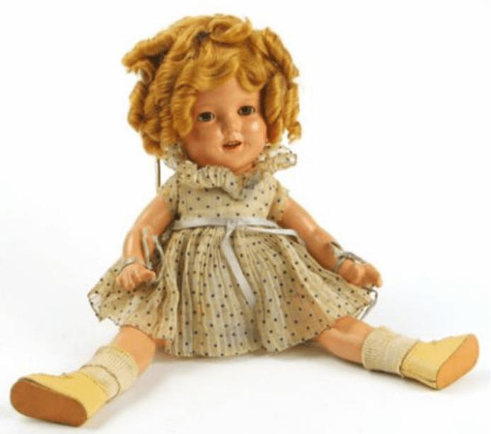 當年 20 世紀福斯旗下的小童星鄧波兒,她的形象風靡一時,也是日後你所熟悉的「小護士」造型由來。