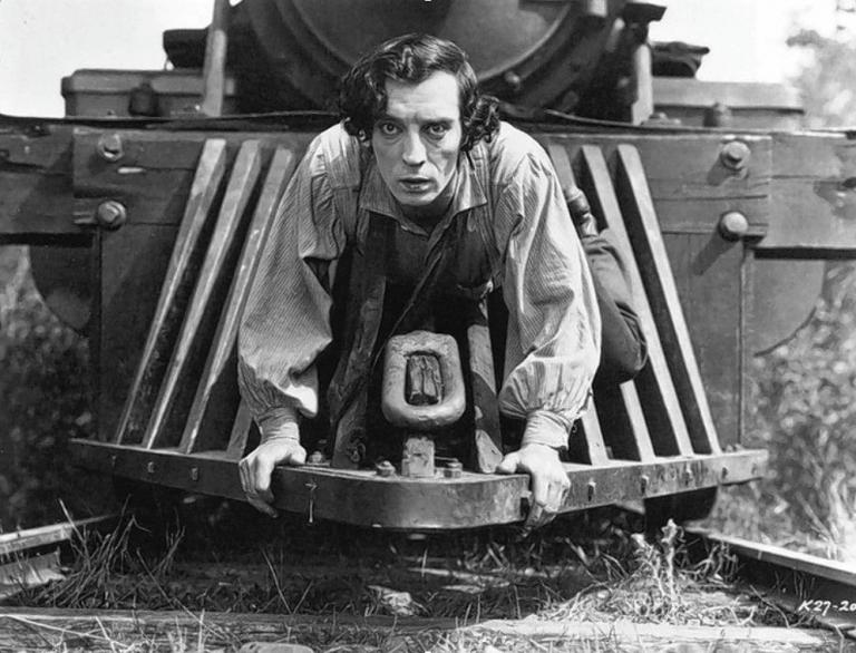以 1927 年喜劇電影《將軍號》為例,早期在戲院播映的電影規格與日後崛起的電視畫面比例都是 4:3。