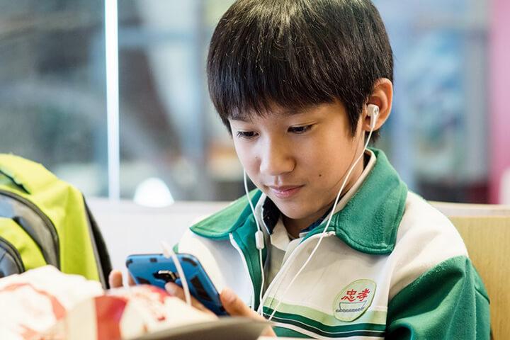吳至璿 飾演的男孩 生生 ,與 鮑起靜 有相當多對手戲。