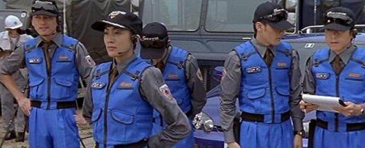 舊譯《哥吉拉大戰蝶龍》的 2000 年電影《哥吉拉 × 美加基拉斯》中,日本對抗哥吉拉的態度也反應了實際的日本樣貌。