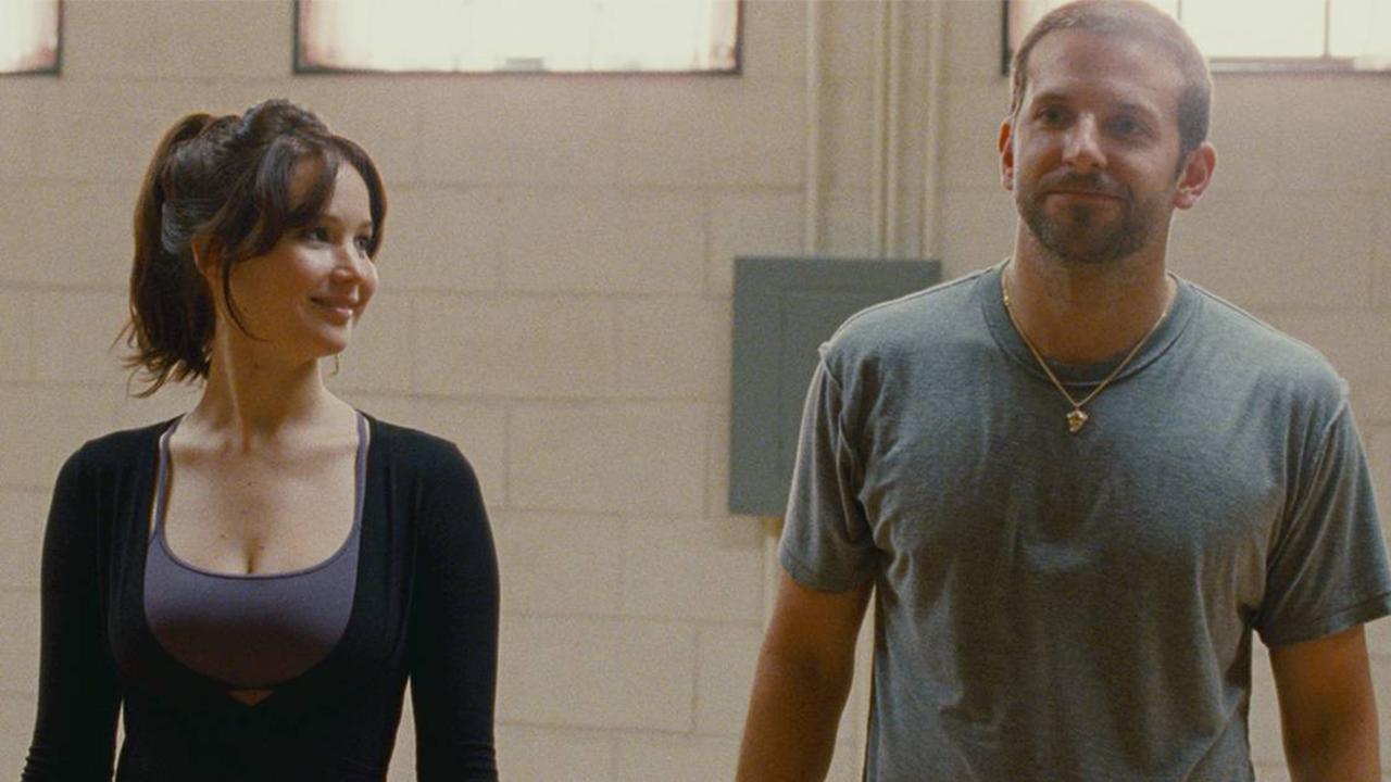 2012 年,大衛歐羅素執導,珍妮佛勞倫斯、布萊德利庫柏主演,改編自同名小說的電影《派特的幸福劇本》。
