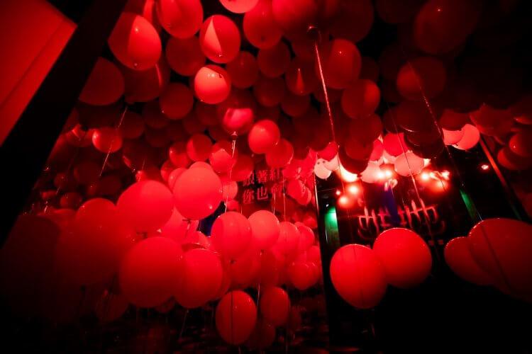 《牠:第二章》將在台上映,片商特別打造掛滿小丑紅氣球的體驗區讓民眾親身感受電影中的壓迫恐懼。