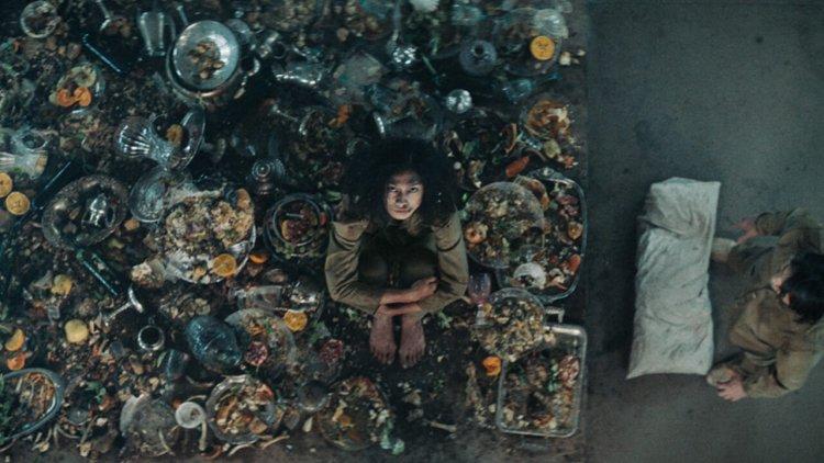極度飢餓讓人變邪惡!為什麼《絕命大平台》成了最適合在武漢肺炎期間看的一部片?首圖