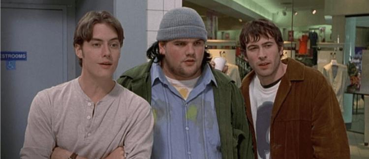 凱文史密斯 1995 年導演的搞笑喜劇電影《耍酷一族》劇照,2020 年受疫情影響居家隔離期間,他完成了續集劇本初稿。