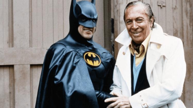 米高基頓飾演的蝙蝠俠,與《蝙蝠俠》創作者鮑勃肯恩合影。