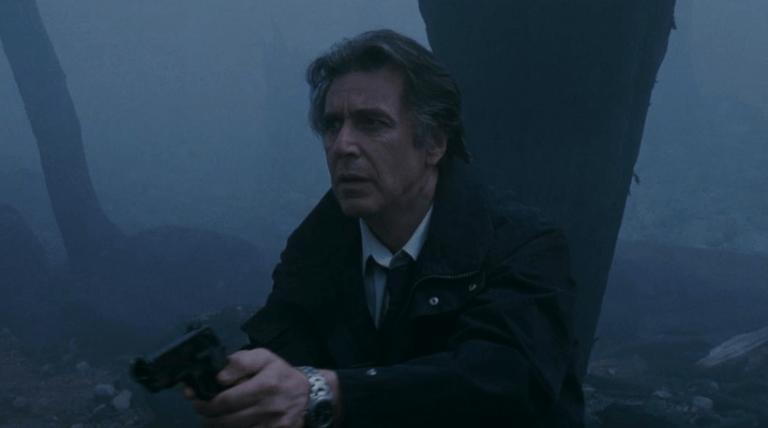 2002 年克里斯多福諾蘭執導,艾爾帕西諾主演的驚悚片《針鋒相對》。