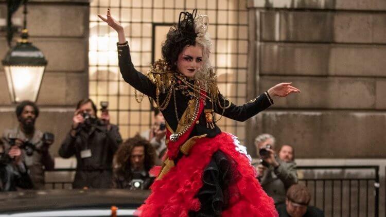 艾瑪史東電影《時尚惡女:庫伊拉》全新片段及多張劇照公開!這是迪士尼經典時尚大反派的「庫伊拉」崛起故事首圖