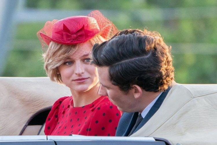 艾瑪柯林在影集《王冠》詮釋年輕時期的已逝英國王妃黛安娜,獲 2021 金球獎電視戲劇類最佳女主角