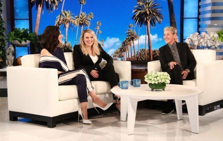 《 老娘也要當間諜 》兩位主演在「艾倫秀」上開懷暢聊。