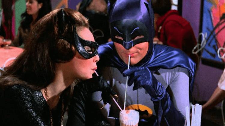 1966 年《蝙蝠俠》影劇中的蝙蝠俠與貓女。