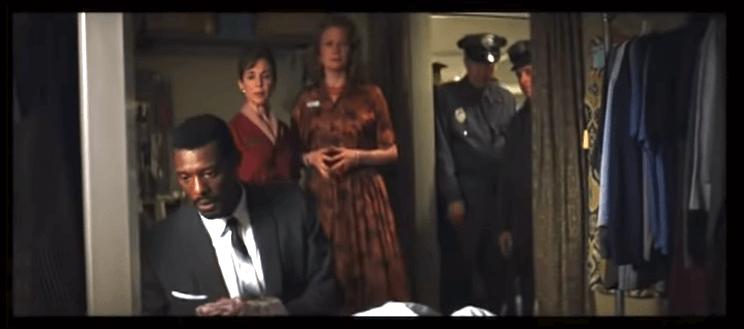 《驚心動魄》開場三分鐘,便已簡潔俐落的交代了伊萊亞(後來的玻璃先生,由山繆傑克森飾演)的出生背景。