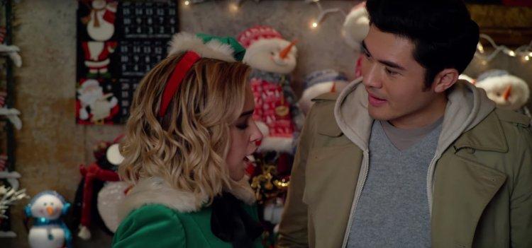 看似聖誕戀愛喜劇的應景電影《去年聖誕節》劇照,艾蜜莉亞克拉克與亨利高汀共同主演。