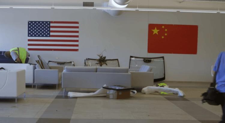 紀錄片《美國工廠》翔實記錄中國福耀玻璃前進美國設廠,中資美勞的工作環境與文化碰撞的過程。