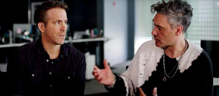 萊恩雷諾斯 (Ryan Reynolds) 和導演塔伊加維迪提 (Taika Waititi)
