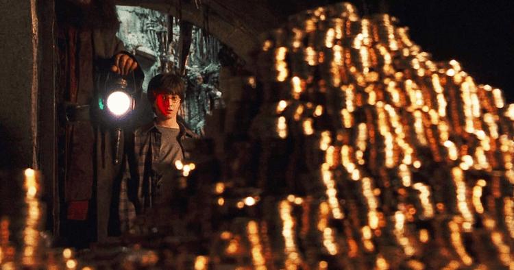 在充滿魔法的奇幻小說及相關電影《哈利波特》系列中,巫師間通用的魔法貨幣都由古靈閣巫師銀行發行管理。
