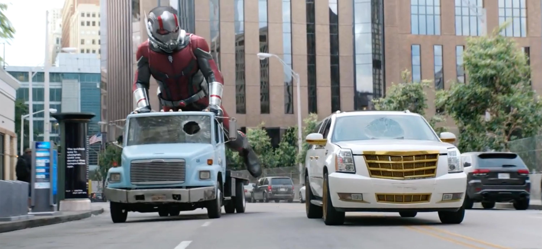 《 蟻人與黃蜂女 》 放大版蟻人 滑板車 的街道場景劇照。