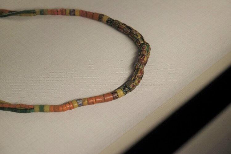被遺落的一族,從服裝一窺《斯卡羅》的人物秘密:琉璃珠。