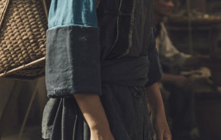 被遺落的一族,從服裝一窺《斯卡羅》的人物秘密:「蝶妹」的反袖口袋。