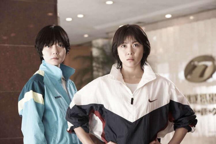 裴斗娜(左)、河智苑(右)《朝韩梦之队》电影剧照