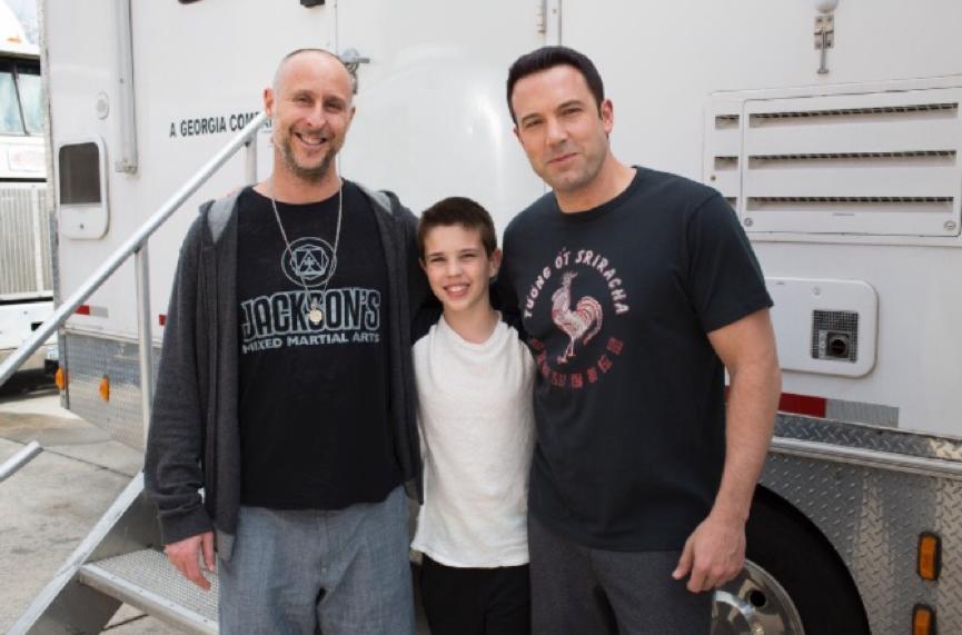 《 會計師 》大成功:導演蓋文歐康諾(左)、班艾佛列克(右)與飾演班少時的童星
