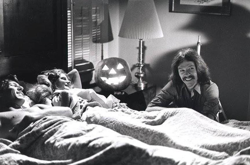 當年在《月光光心慌慌》片場的導演約翰卡本特(右)