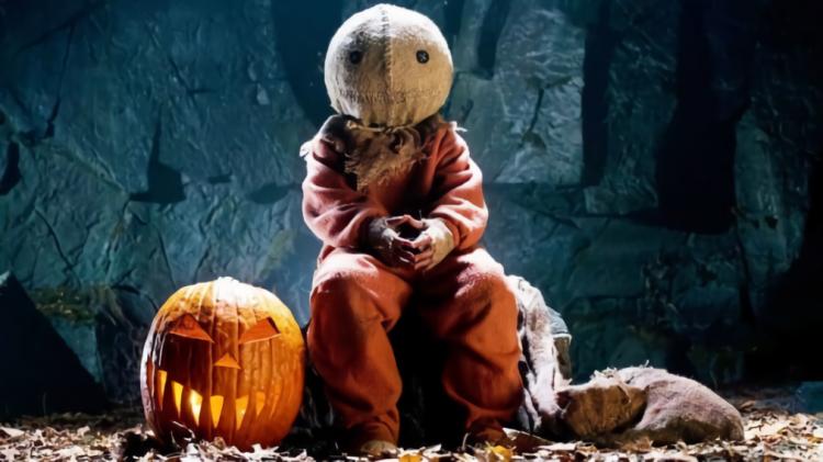 貫穿《靈異萬聖節》電影各個小故事的詭異小孩,他的真正身分會是......?