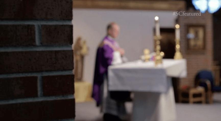 真人真事 改編 的 搞笑 電影 《 貼背戰 》正在講道的神父等著被「 抓交替 」。