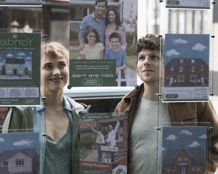 《超完美社區》由傑西艾森柏格 (Jesse Eisenberg) 以及伊莫珍波茨 (Imogen Poots) 主演